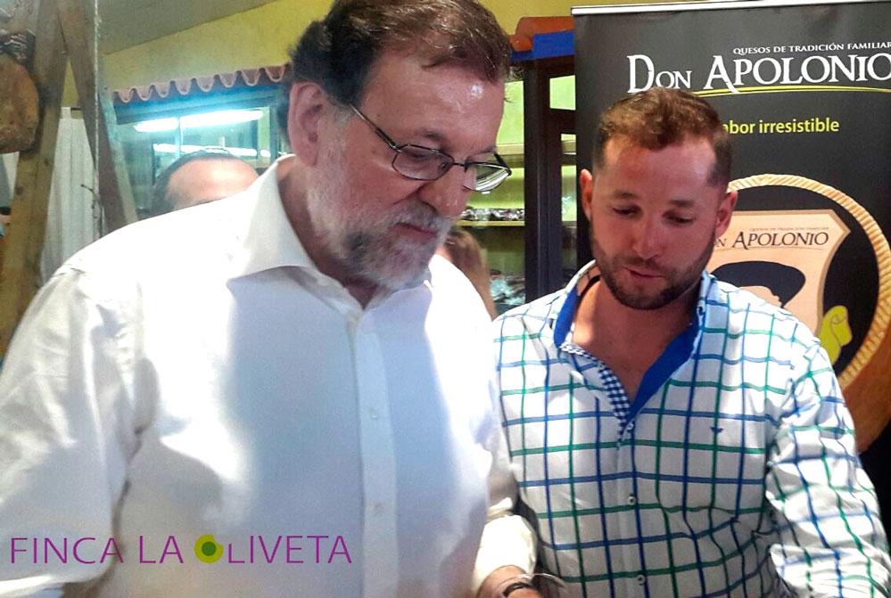 Óscar Tapiador ofreciendo la degustación de nuestro AOVE Juventud al Presidente en funciones, Mariano Rajoy.