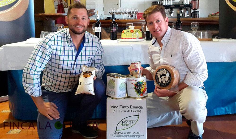 Óscar y Carlos, los hermanos Tapiador apoyando los productos agroalimentarios de Malagón.