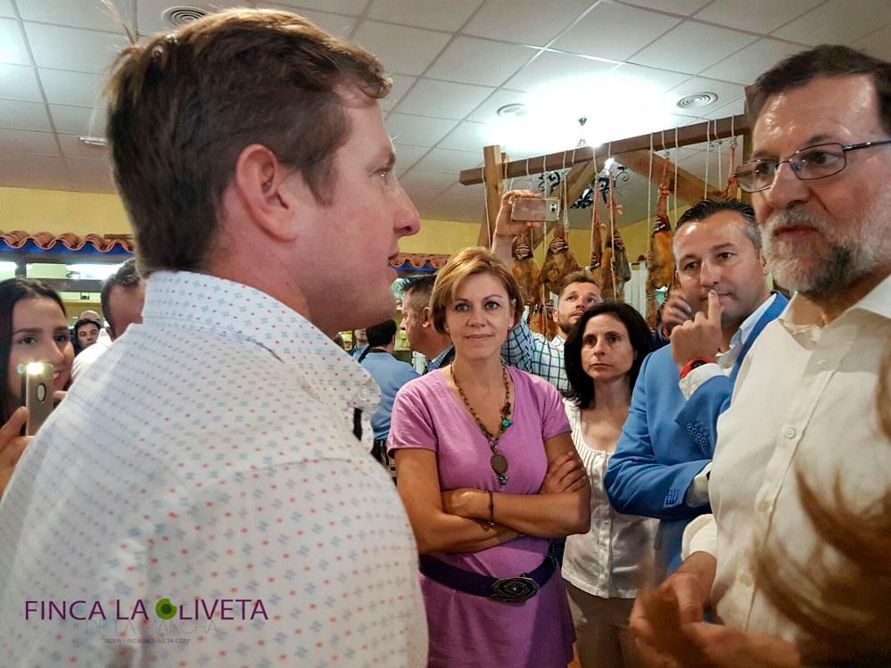 Mariano Rajoy, María Dolores de Cospedal y Adrián Fenández escuchan atentamente las ideas que Carlos les transmite sobre calidad agroalimentaria.