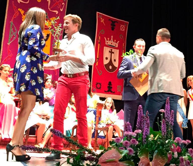 Carlos y Óscar hacen entrega de un bonsai de olivo a Rocío Bernal (Fiscal de la provincia de Ciudad Real) y el alcalde de Malagón, Adrián Fernández.